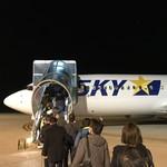 79301402 - 滑走路を歩いてスカイマーク便に登場、神戸空港に向かいます
