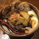 麺場唐崎商店 - 黒北海道味噌ラーメンの煮卵、炙りチャーシュー3枚