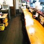 煮干し豚骨らーめん専門店 六郷 - カウンター席のみの店内。