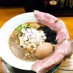 煮干し豚骨らーめん専門店 六郷 - 料理写真:特製煮干し100%らーめん 950円 特製になるとチャーシューが1➡3枚、味玉、メンマが増えます。