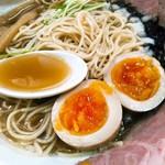 煮干し豚骨らーめん専門店 六郷 - スープはちょっとだけグレー色。黒く見えるのはばら海苔。今夜の方の場合、麺は何も言わずともパツパツ。