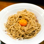 煮干し豚骨らーめん専門店 六郷 - 和え玉をかき混ぜたら、亜喜丸さんを真似、卵黄だけ載せてみた。