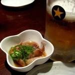 えびすジンギスカン 海月 - 生ビールとお通しのラムの煮込み。これも旨い。