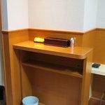 箱根そば - 立喰いのカウンターです。