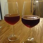 79312188 - ボルドー産(左)と勝沼産の赤ぶどうジュース