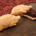 小戸橋製菓 - 当店看板商品猪最中です。5時間練り上げたこだわりの餡子を香ばしい最中で包みました。