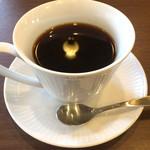 ツタヤ喫茶店 - マンデリンに映るランプ