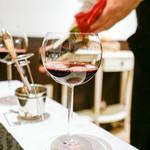 レストラン リュウ - 注ぐワイン