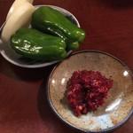 梁山苑 - お通しの野菜とチャンジャ。