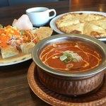 アジアンレストラン コピラ - チーズナンセット。カレーはキーマ豆カレー。
