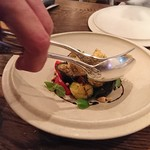 organ - 牡蠣のフリットと茄子、トマト、葉野菜のサラダ:机上の仕上げ過程