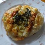 ベーカリートラ - 料理写真:塩パン「長ネギとちくわ」151円