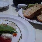 アマルフィイ デラセーラ - 2011/05 アマルフィイ(サラダとパン、前菜の盛り合わせ、ショートパスタ又ピッツア、デザート、コーヒー又紅茶) 2,630円(税込み)のサラダとパン
