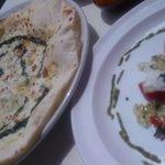 アマルフィイ デラセーラ - 2011/05 しらす/青のり/モッツアレラのピッツアと前菜(前菜を口にしていないのにピザがでてきます…冷めてしまいます。う〜ん、回転率重視)
