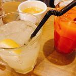 Amico - ジンジャーエールとブラッドオレンジジュース、奥はランチのスープ。