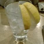 79331494 - レモンサワー、カットレモンが二つ。太っ腹です
