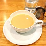 エゾリス珈琲店 - ホットティーにミルク投入