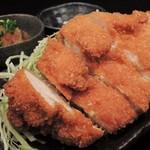 大和 笑う焼き鳥屋 ウルル - 店内で捌いた鶏肉のムネ身をカツレツにしました。しっとりとした味わいが評判です。(チキンカツレツ)