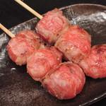 大和 笑う焼き鳥屋 ウルル - フレッシュなプチトマトを豚バラで巻きました。熱を与えることで甘みがぐんと増したトマトの身と果汁を豚バラと共にお召し上がりください。(トマト巻き)