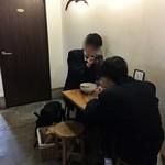 麺やひだまり - 奥にひとつだけある二人掛けテーブル席。