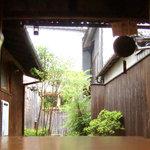 三宅商店 - <5月>店内から見た裏庭