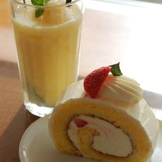 """カフェ・ド・マンマ - 料理写真:""""いちごロール""""と""""うめスムージー"""""""