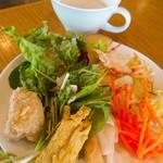 Healthy Cafe SANTE - サラダバー。チキン南蛮漬けやらフリッターやらのお料理もあります!(^^)!