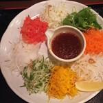79347323 - 七色サラダ。食べ応えがあるわりに480円とお手頃価格でした。