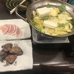 79349171 - 今日の先付 鶏むね肉のタタキのしゃぶしゃぶ                                              とろレバー焼き
