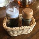 九龍飲茶酒楼 - サンラータンメンに付くラー油・黒胡椒