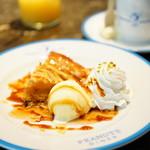 ピーナッツ ダイナー - ペギー・ジーンのアップルパイ (¥850)、ビーグル・スカウトのホットショコラ (¥700)