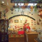 ポーズカフェ - 内観 飾りがいっぱい