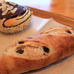 79364338 - レーズンとクルミのフランスパン