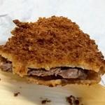 岡西精肉店 - 牛カツ断面、肉の厚さが…(ヽ´ω`)