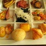 Ocean table - パン、サラダ、ローストビーフ、鴨のローストなど