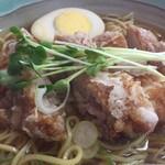 闘牛 - 料理写真:鳥そば。醤油ベースのスープに、ツルツル麺。鶏の天ぷらが1枚のってボリューム満点。