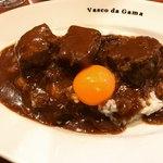 ヴァスコ・ダ・ガマ - 牛ゴロゴロ肉のカレー   漆黒のルーにオレンジ色の黄身がそそります❤️