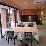 あいらんど・びゅう - 広い窓にあるレストランからはマリンブルーのストライプが美しいリゾートプールを目の前にしながら和食・洋食・焼肉・韓国料理と様々な美味しい料理を食べる事が出来ますよ