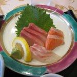 あいらんど・びゅう - 刺身は鯛、サーモン、カンパチの3種盛り合わせ。