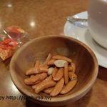 珈琲ホリ 本店 - 飲み物に付くおつまみ菓子