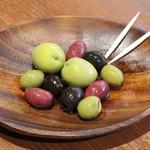 スペイン産のオリーブの盛り合わせ
