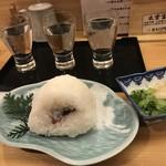 のどぐろ日本海 - 仁多米のおにぎりが美味しかった!後ろのは地酒の飲み比べ