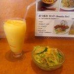 ナマステ食堂 - マンゴーラッシー&サラダ
