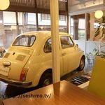 ウーノ ボーノ - 店内テーブル席とガレージ