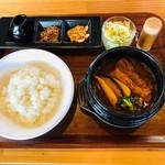 愛犬の駅 - とろっとろ豚肉の熱々石鍋スープカレー(1,680円)