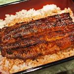 79401200 - こちらお店は、鰻を蒸してから焼くスタイルの江戸前技法。                       鰻の表面がカリッと焼かれてて、肉厚でとっても美味しい~                       タレの感じもちょうどいいなぁ。