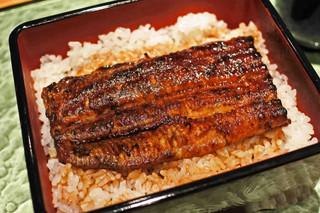 大阪うなぎ組 - こちらお店は、鰻を蒸してから焼くスタイルの江戸前技法。 鰻の表面がカリッと焼かれてて、肉厚でとっても美味しい~ タレの感じもちょうどいいなぁ。