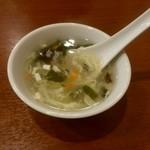 坂上刀削麺 - ランチメニューを頼むとスープバー、サラダバードリンクバーがついてくる。スープです。
