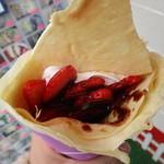 クレープハウス ピーナッツ - 料理写真:生カスタードイチゴチョコ!