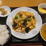 金満園 - 豚肉とキクラゲ玉子炒め定食@900